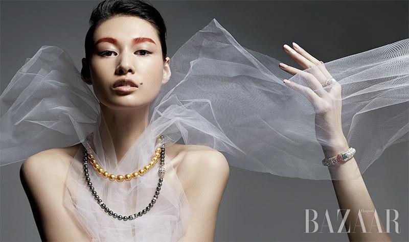 谁说珍珠只能是温柔的代名词,当一切归于裹着飘逸柔纱的少女,颗颗有现代设计感的珍珠也能碰撞出青春时髦又情深款款的经典时刻,打造出远离都市喧嚣浮华的美人,如同一颗未经雕琢的天然珍珠,静静地就让人心动不已。