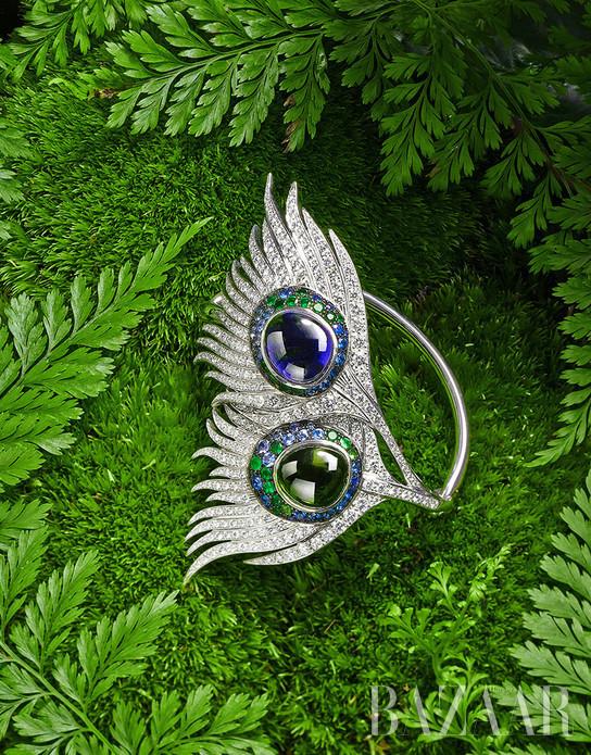 久居都会,已忘却你是自然的一份子?尝试佩戴Carrera y Carrera珠宝吧,这个诞生了一百三十年的珠宝品牌是西班牙国宝,从竹枝、花环、孔雀、凤凰的形态上汲取设计灵感,充满女性灵秀气质与想象力,唤来了自然精灵澄净心灵深处。