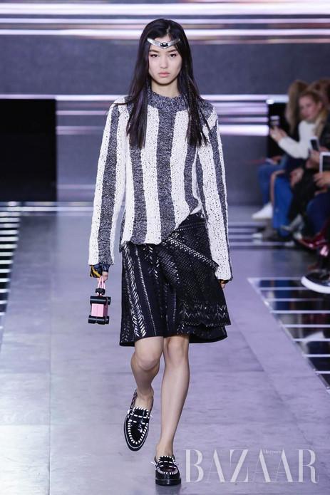 """太精彩了!万万没想到,一场秀而已,本季Louis Vuitton2016年春夏系列却用了49套look,给我们演绎了一场生动的人生大秀:每一段冒险之旅上,你才是你的女主角!"""""""