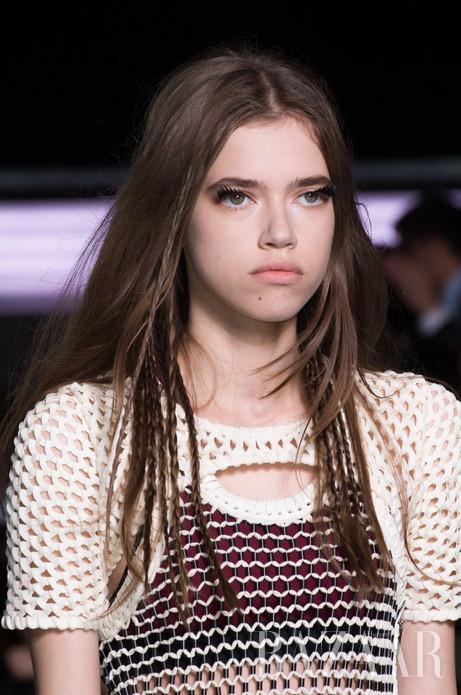 Louis Vuitton 2016春夏发布会的妆容塑造出富有力量感的女性形象,模特的眼妆突出了睫毛的活跃感,打破了常规的视觉效果。