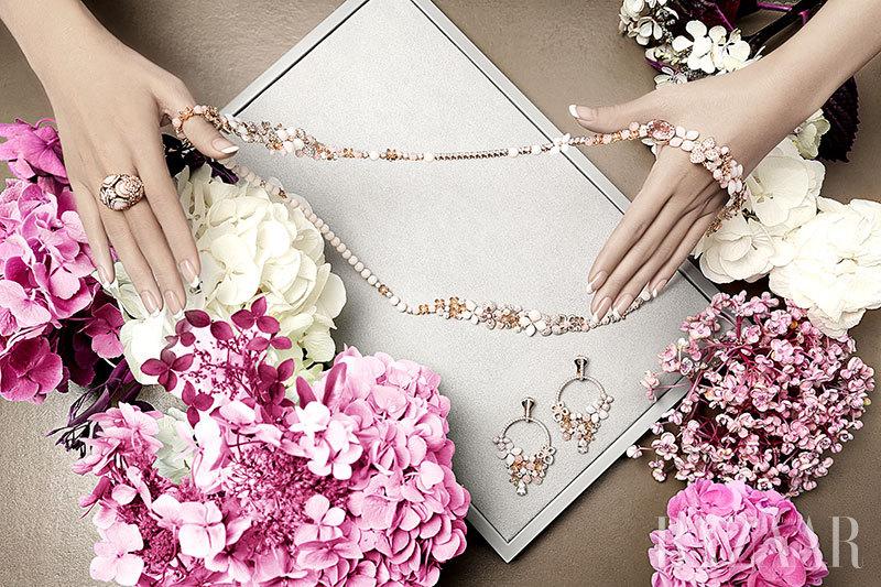 溢彩宝石拼凑出绣球花恣意盛放的缤纷姿态,让花朵的芬芳满溢生活的每个角落。尚美巴黎CHAUMET以品牌缪斯女神约瑟芬皇后对女儿的爱称Hortensia为灵感,创造全新绣球花系列高级珠宝。