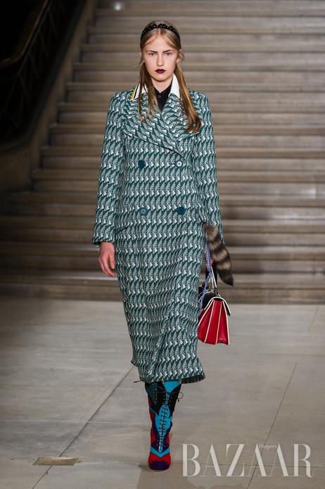 """在本季巴黎时装周的最后一天,Miu Miu发布了2016年春夏系列,这个略带叛逆少女风格的系列为本次""""时装月""""画上了一个完满的句号。多色拼接的几何印花、超大的外套轮廓、充满女孩气息的薄纱、彩色皮草配饰等元素的使用,都充满了别样趣味。"""