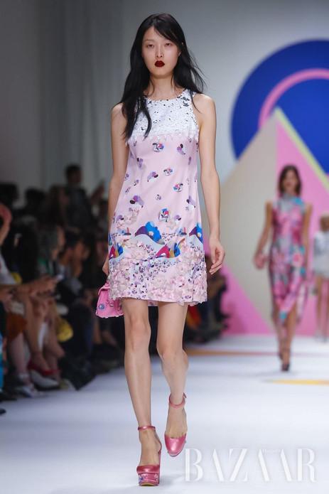 当地时间10月6日,Shiatzy Chen于巴黎时装周发布2016春夏系列。