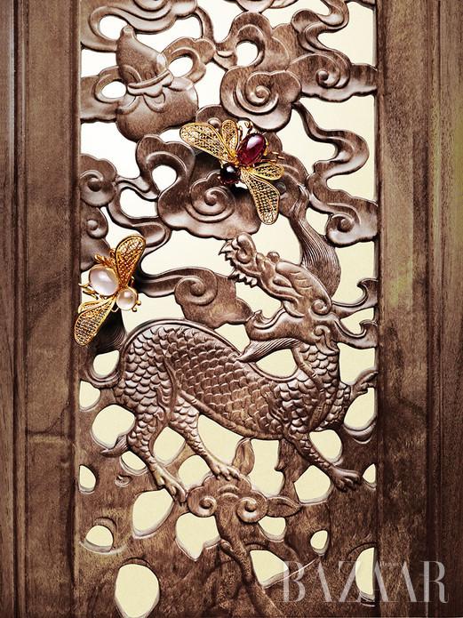 宋古有佳木,字黄、名花榈,色泽暗褐,结构匀细。禅香淙淙,雅致芳芬,集珍家名仕万般喜爱于一身。今甄选六品黄花梨木艺术瑰作,以飨读者。