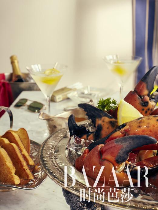 """美食摄影师Henry Hargreaves从Ian Fleming的作品中总结出了一些特工们最喜欢的菜肴,并拍摄了一个独特的照片系列""""Dying To Eat"""",将那些年詹姆斯-邦德吃过的令人垂涎三尺的美食记录了下来。影迷们们也许知道007非常中意马蒂尼,但这一系列照片还包括了邦德在《007之生死关头》中吃过的炸鸡、蛤蜊和在《007之金枪人》中吃过的火腿蛋松饼以及一些根本从未在007系列电影中出现过的美食。"""