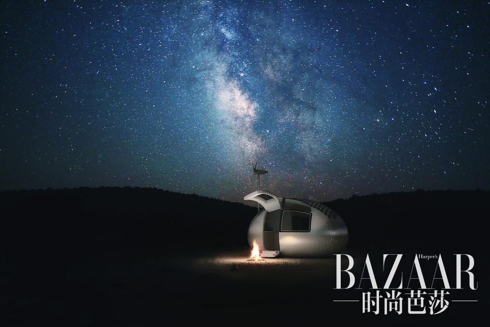 如果你在户外探险时不太喜欢直接睡在帐篷里,又想体验睡在星空下的浪漫,那么这款名为Ecocapsule的便携式房屋可以带给你无与伦比的居住体验,并且价格也没有那么夸张。Ecocapsule的体积和一个标准的集装箱大小差不多,尺寸非常迷你,高长宽是2.55×4.45×2.25米,它还有一个4.5米的延长杆,房子包括8平方米的可用面积。这个小巧的房子可以很容易由拖车进行运送。它的设计师详细介绍了Ecocapsule内部所使用的各种细节,包括微型的避难所和令人印象深刻的可持续技术,包括太阳能发电、雨水收集和过滤,以及风力发电等等。
