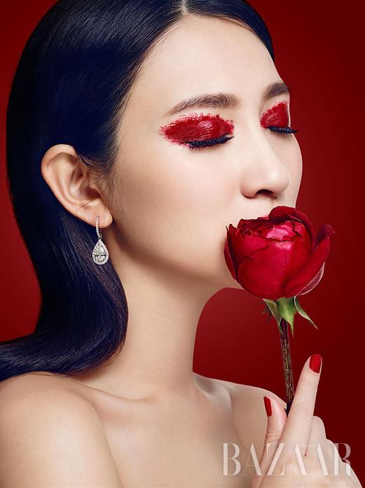 如果选一种光芒,可以衬托所有的气质和华裳,那一定非钻石莫属;如果涂一抹颜色,可以点亮所有容颜,唯有红妆得以施展。那么,当两个唯一相遇——钻石的熠熠光芒辉映傲娇红颜,李小冉倾情演绎这经典碰撞下的多种可能!