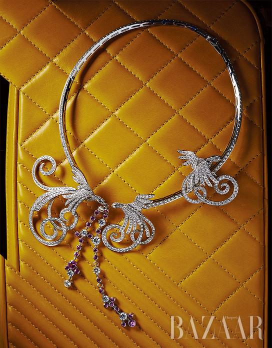 美包和珠宝向来是女人的最爱,珠宝最能衬托女人的华美,包包藏着女人无限的秘密。当各种动物的美好姿态被赋予钻石和彩宝的外衣,跳上你最爱的包包一角,便营造出一个跃动着自然之梦的美好乐园。