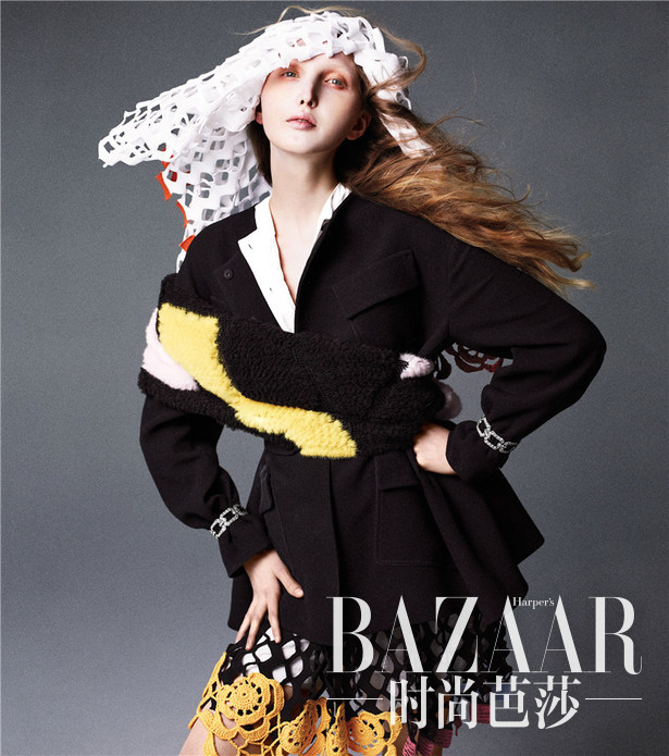 《Happer's Bazaar》全球时尚总监Carine Roitfeld带来的新作,以海盗和公主为灵感创造的大片。集合了Vivienne Westwood的时装风格和童话戏服的元素,正如Johnny Depp和Keira Knightley 在《加勒比海盗》当中的一幕。这是一个充满冒险精神的梦想,所有的姑娘都穿戴着埋葬的珠宝和宝石,这其中还包括了现实中的公主Gabriella Wilde,还有新晋女孩Bentley, Ally Ertel, Cierra Skye, and Briley Jones。