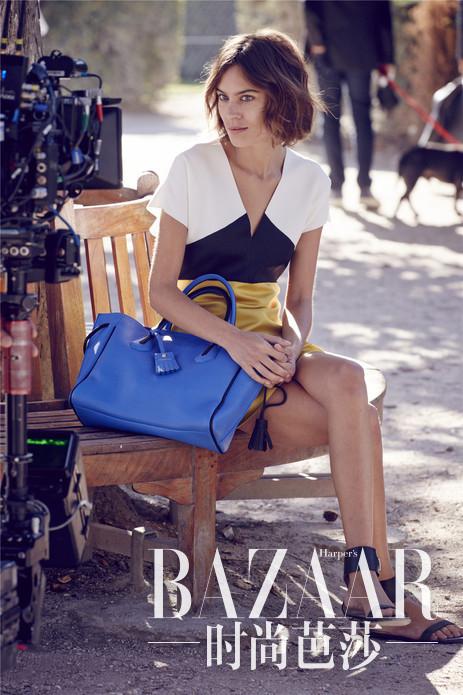 """在法国巴黎皇家宫殿的拱廊下,Alexa Chung身着Longchamp最新成衣系列—— 沙灰色小羊皮打造的修身剪裁风衣,搭配 Longchamp新一季赤陶色Pénélope系列包款,出演Longchamp新一季的广告大片,巴黎的优雅风范尽显。Longchamp更邀请Peter Lindbergh先生执掌品牌新一季广告大片,以其传奇的摄影才华,展现模特全新时尚风彩。著名时尚评论家Suzy Menkes 女士曾这样评价过这位摄影大师:""""不论是熟悉的还是知名模特,他都能触及其灵魂最深处""""。本季Lingdbergh先生为 Longchamp拍摄的作品,不仅捕捉到钟小姐所散发出的自然清新,优雅脱俗的气质,同时也将情感和视觉体验带到全新的高度。"""