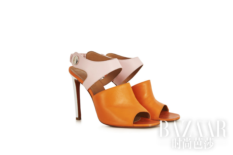 Carven 2016早春带着少女俏皮感的嬉皮士风格,简约的剪裁体现在皮革、蕾丝和针织上。没有浓重的色彩,一切如娓娓道来。而配饰是放大了螺丝钉的细节,圆形和弧线成为主要的结构,耳环和项链上的几何感如在3D空间般立体,包包和鞋子上也渗透了螺钉帽的细节,妙趣横生。
