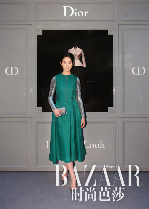刘亦菲身着Dior Pre-Fall 2015系列连衣裙亮相《迪奥剧院》展览上海揭幕酒会