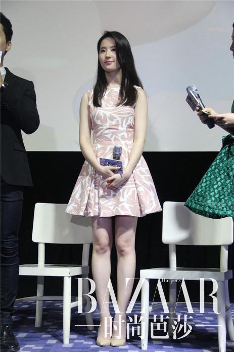 刘亦菲身着Dior 2016早春系列亮相电影《第三种爱情》武汉见面会