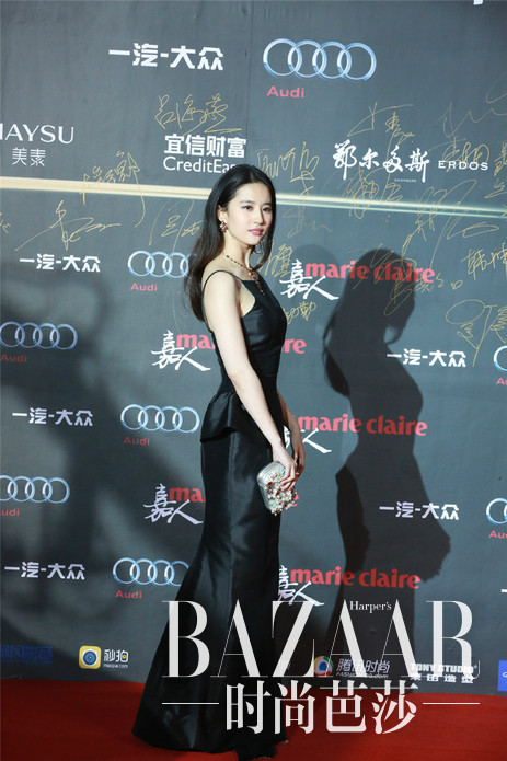 """刘亦菲身着Dior 2016早春系列黑色礼裙亮相2015嘉人""""中国风""""盛典"""