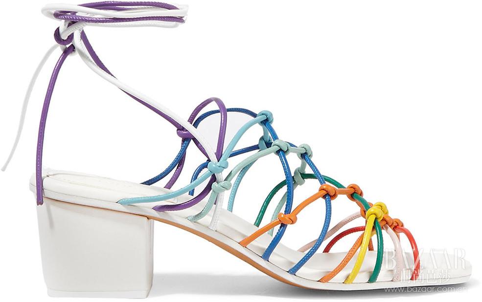 "NET-A-PORTER 颇特女士 推出时尚短片 ""Dress From The Feet Up"",展示2016春夏新品鞋款。捷克超模Karolina Kurková于片中伴随KK Harris的""Do That""歌曲,试穿了20多双NET-A-PORTER 颇特女士 精心挑选的新季鞋款——每个女人都可以在NET-A-PORTER 颇特女士 找到自己的最佳伴""履""。"