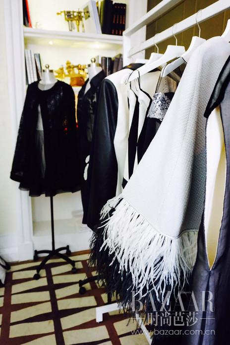 2016年3月|上海,独立珠宝设计师平台EliteSigner星设汇重组精英(Elite) 和设计师(Designer)的概念,携手Tina Couture于三月25日在Kee Club,举办Tina Couture 2016春夏成衣系列时装秀, 在同一地点的 Pop-up store备下开幕酒会,也将在后续两天以珠宝时装下午茶款待媒体及贵宾。本次跨界合作,EliteSigner旗下15位设计师作品齐聚,两位新签设计师作品——或来自东洋和风工艺精绝,或潜移默化继承达利的恣意荒诞,都将揭开神秘面纱,引得众人翘首企盼。拥有共通气质的Tina Couture一拍即合,在本次2016春夏Tina Couture不同以往的成衣系列时装秀上,缔造设计师珠宝与时装的美丽邂逅。EliteSigner独运匠心,将15位珠宝设计师的作品巧手变成choker,让每一位穿上Tina Couture春夏新系列的女生都能骄傲地展露她们的优雅天鹅颈。
