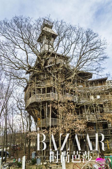 美国田纳西州,如果你在童年的时候幻想过你拥有只属于自己的树屋,也许看完世界上最大的树屋Horrace Burgess,会使你想起童年的快乐回忆。快来探秘世界上最大的树屋吧。关于Horrace Burgess树屋的数据,它约有97英尺高,Horrace Burgess的外形像一个心脏。11层的Horrace Burgess树屋共创造出8000平方英尺以上的空间,制造这个树屋至少用了25万钉子,才把他们固定在一起。
