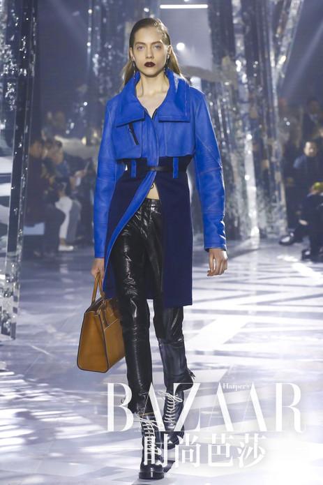 "Louis Vuitton16秋冬系列依旧在Fondation Louis Vuitton博物馆任性开走,这次大秀延续了创意总监Nicolas Ghesquière对于""新经典""的探索 ,52套Look带来许多让人惊喜的新元素,展现出极具未来主义风格的新风貌,带你游弋于冰雪和拼接色彩对撞中!"