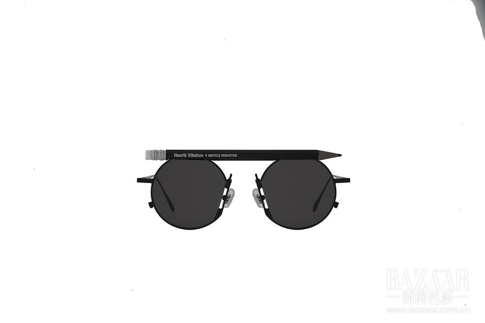 在刚结束的2017SS巴黎男装周期间,Gentle Monster与Henrik Vibskov的合作款墨镜终于公开。独创性的设计理念和实验精神使两个品牌风格不谋而合,令这款颇有趣味感的的墨镜诞生了。Gentle Monster X Henrik Vibskov合作款是金属镜框上饰有一支铅笔的墨镜,鼻垫部分的细节设计更与铅笔相得益彰。共3种颜色可供选择,预计明年1月正式上市,新品未定价。