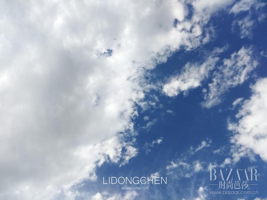 举起手机朝天空咔嚓一张,细节层次分明到不行,就好象坐着飞机朝窗外直接拍摄几米之外的云层一样。      摄影/李东宸 文/李东宸