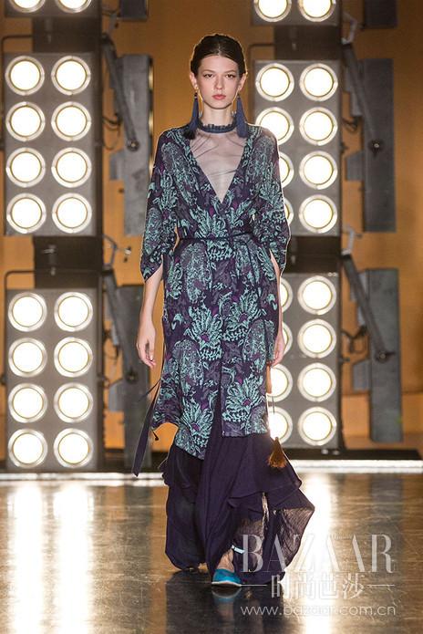 Decoster 2017年春夏系列发布会,系列灵感来自于17世纪文艺复兴末期的西班牙。 受到画家萨金特(John Singer Sargent)画作El Jaleo的影响,设计师被画中吉普赛女郎曼妙舞姿所绽放出的生命之美所吸引。以吉普赛女郎为原型,设计师将充满浓烈大胆的异域风情巧妙地融入Decoster具有现代简练舒适的剪裁之中,创造出浪漫,潇洒,独立,敢爱敢恨的当代女性形象,称为New Boho!Decoster 2017春夏系列延续了三个各具风格的系列,将不同的设计风格自由融入到Decoster这个具有自然风格的,诗意般优雅的现代女装。