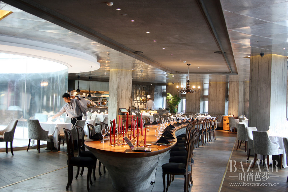 "TAVOLA——意大利文愿意为""桌子""、""餐桌"",正契合了北京TAVOLA意大利餐厅中央流线型、可容纳32人的原木长案。"