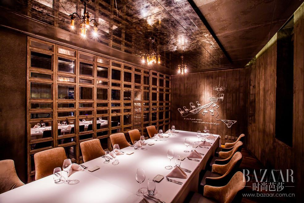 红烛不熄,美食国度也没有边界,彰显了TAVOLA餐厅一直表达的餐饮理念:温馨、情怀。开放式厨房,让您领略到来自原生意大利厨房的上等料理动态。餐厅还拥有两个VIP包间,以满足不同宾客的私密宴请的需要。
