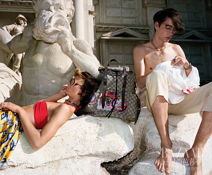 继早春系列向英伦文化致敬后,古驰将春夏系列场景回归意大利,来到了艺术美学的永恒之城- 罗马。形形色色的艺术家、知识分子、创意新锐与叛逆青年,自然而然地在罗马街头碰撞出奇幻的视觉语言,进入疯狂又迷幻的超现实异想梦境:野生老虎若无其事地和人们漫步在浪漫的城市街头,摩登的户外派对上长颈鹿享用着葡萄与宾客纵情欢愉,而场景转回室内,老虎和狮子也被邀请到家里一起看电视消磨日常时光。