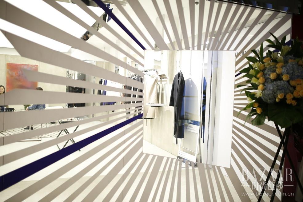 """2016年10月10日,LUCIEN WANG首家直营店于北京侨福芳草地揭幕开业。这里汇集""""时尚、艺术、创意、前卫、环保""""的品牌DNA与LUCIEN WANG特立独行的受众气质和精益求精且富有创造力的品牌精神完美契合。店铺坐落于芳草地一层,店内整体风格以灰白为主色调,加以银色镜面不锈钢金属光感交错,极强的现代感与简洁线条的几何元素呈现出品质与艺术的和谐统一。为庆祝LUCIEN WANG的首个里程碑时刻,设计师Lucien WANG 邀请众多时尚界贵宾及传媒人士参加此次开业揭幕活动。"""