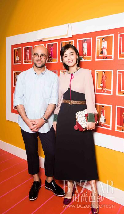 """米兰当地时间2016年9月24日, Bally在Triennale di Milano艺术馆发布 2017 春夏女士系列。本季产品带有浓浓的南美风情,大胆而自由地运用色彩,其中有抢眼的冰激凌色,金属色也有温暖的橘红。成衣方面,Bally依旧延续着品牌一贯的摩登与优雅,在简约的廓形设计上用巧妙的细节处理带入时尚感。影星马思纯作为Bally的""""宾上客""""受邀参观2017春夏女士系列的发布会。马思纯当日选择了Bally 2017早春女士粉色拼接A字型黑色连衣裙,搭配Bally Grimoire包及Bemmy高跟鞋,时尚复古又不失少女的优雅恬静"""