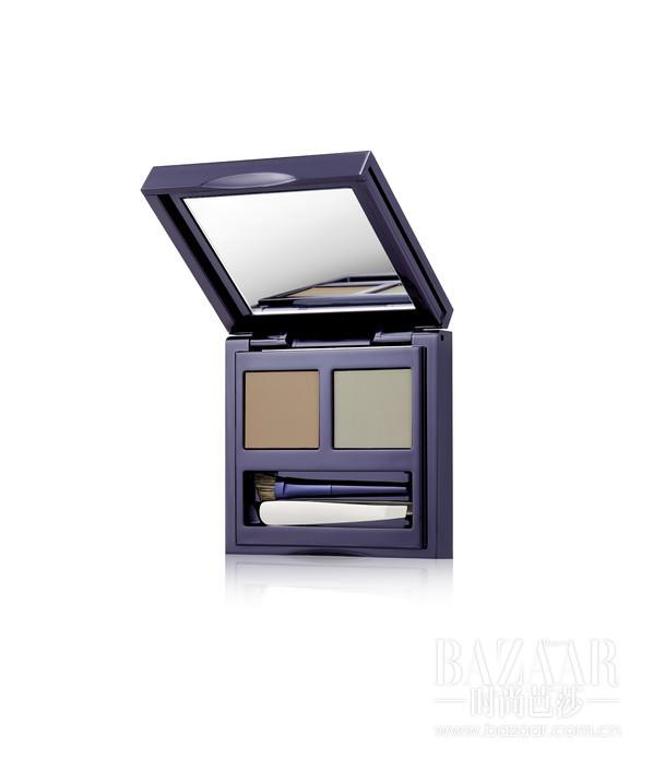 小巧而一应俱全的眉粉盒包含了双色眉粉,配以斜角刷和镊子、以及巧致的双面小镜:一面方镜、一面 放大方镜方便携带,完美符合日常与旅途需求。妆效则持久自然,眉粉可混合以调配适合自己的颜色。