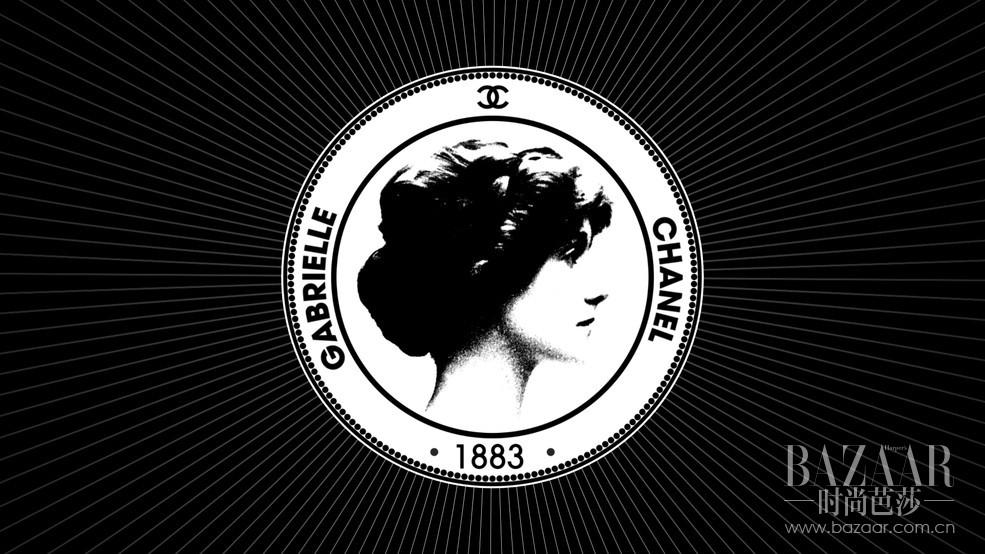 打开 Inside Chanel,我们不仅可以了解关于时尚、香水与高级珠宝的故事,更能深入香奈儿品牌创作之源,领会基于前瞻卓识的坚定态度,同时也走进一个伟大叛逆者的世界,看她如何冲破时代的桎梏,直到今天依然是女性的榜样。