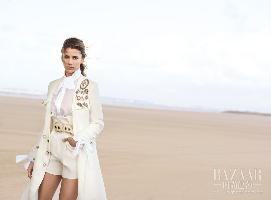 ERMANNO SCERVINO新一季的New face是来自国际时尚新起之秀,美国模特Kenya Kinski Jones。她是音乐家兼制片人Quincy Jones和演员兼模特Natassja Kinski的女儿。此次,同Kenya共同出镜的是她的男友——美国演员Will Peltz。整部灵感大片描述的是Kenya和Will在空旷壮美的诺曼底海滩,被海风和充满诱惑力的ERMANNO SCERVINO 2017春夏系列拥抱着。直面着镜头的他们,被Peter记录下了每一个精彩的瞬间,新一季的ERMANNO SCERVINO春夏系列使得本片展现了一种崭新,充满魅力与现代感的女性风潮,为整个画面注入了一种充满了欲望的暗示。