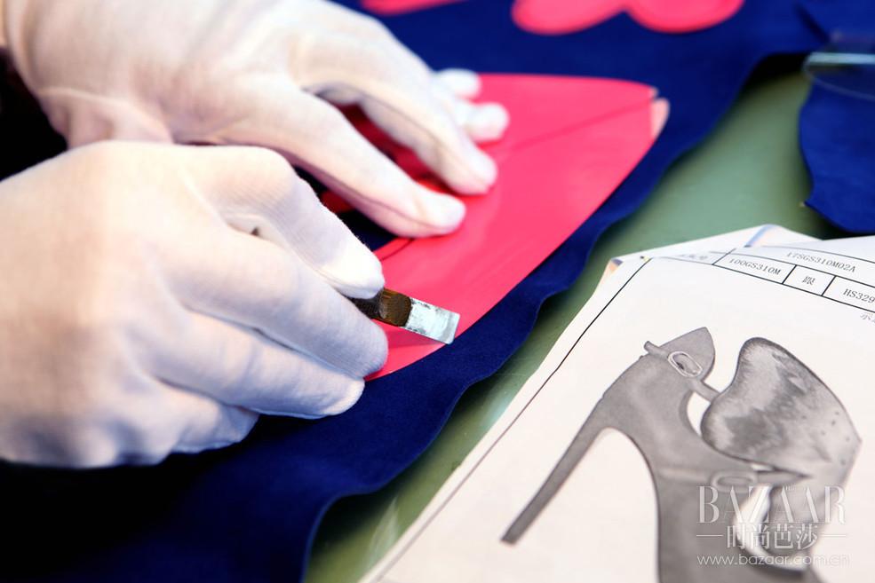 "sheme高级定制女鞋代表中国鞋履品牌参加了""向中国定制致敬""全球巡展活动,此次展示活动在巴黎最富盛誉的买手店LES SUITES举办,有来自中方和法方的代表一一出席,是此次巴黎高级定制周的活动之一。在此次的全球巡展上,来自中国定制设计师精英代表还有BY TANYA WANG、郑晓丹的DAN高级定制、LIU.LISI、MIUKI WEN、MOODBOX等多位中国高级定制设计师的数十件精美高定华服及鞋履,让全球高端定制客户和国际媒体一睹""中国定制""的风采。"