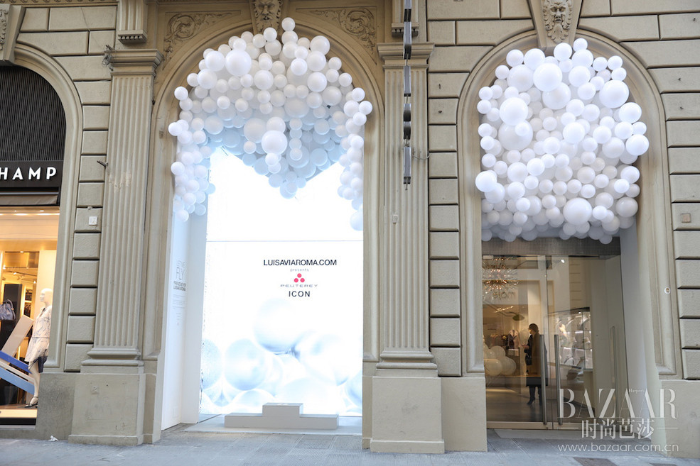 """Peuterey秉持#诉说真实#的理念,始终致力于加深品牌与顾客之间的联系,提高顾客的参与度和满意度。利用简约明快的整体氛围,打造真挚坦诚的品牌特色。1月11日,Peuterey与意大利知名精品买手店Luisa Via Roma携手,于佛罗伦萨第91届 Pitti Uomo 发布ICON PROJECT特别企划,一同推出限量版产品并举办限时活动,开启品牌历史上的新篇章。本次Peuterey赞助了佛罗伦萨最重要的时刻之一:FIRENZE4EVER全球时尚博主大会,该盛会一年两度集结从零售商、媒体到设计师在内的全球时尚界知名人士。这一届的活动主题是""""空气""""。空气代表着轻盈,也正是 Peuterey产品的主打元素。 此次合作包括一个特别的空气主题的橱窗展示,以Luisa Via Roma""""艺术与时尚相结合""""的标志性手法进行表现,并于1月11日晚间举办鸡尾酒会。与此同时,Luisa Via Roma精品店内也特设专区,让顾客能够现场即刻购买Icon系列单品。ICON PROJECT特别企划在设计、推广和商业方面均体现了Peuterey对诚挚真实的不懈追求。本系列共推出男女装各3款经典核心单品:派克大衣、飞行员夹克和风衣,不但实用、多变、轻盈,而且秉持了品牌对精致细节的一贯追求。这些独家经典单品将采用专属配色白色与专用标签,在Luisa Via Roma的线上及线下商店限时出售。若库存告罄,也接受预定。本次活动的核心与重点在于""""即看即买"""",让顾客即时有效参与,而非仅仅满足娱乐需求。推广不仅停留在宣传活动本身,而能够为实际购买行为提供助力,这也是对#诉说真实#理念的生动演绎。这种全新形式能够在品牌与顾客之间形成良好沟通,传递真情实感,同时还能让顾客第一时间入手新款,可谓惊喜不断。品牌将携ICON PROJECT特别企划系列展开巡回推广,并举办一系列活动。第一站即为紧接着Pitti结束之后的米兰男装周,Peuterey将以ICON系列的全部配色为色彩基调,精心打造米兰Via della Spiga大街上的品牌旗舰店橱窗,并接受即时购买,若库存告罄,也同样接受预定。"""