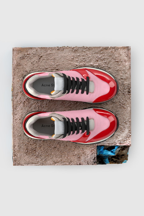 Jimmy和Joriko两款软胶底鞋灵感来源于复古跑鞋,拥有夸张塑料装饰片,键盘式隐藏鞋底设计。Jimmy提供白色配绿松石色,以及米色配烟熏灰色两款供选择,烟熏灰色源自2017秋冬秀场。Joriko提供淡粉色配红色,海军蓝配雾霾蓝,以及白色配松绿石色三款供选择。Jimmy和Joriko将于8月3日在线下零售店和官网(acnestudios.com)同步发售。
