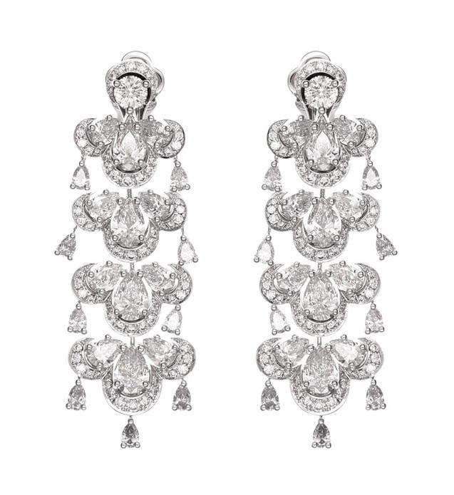 9月25日,古力娜扎佩戴Chopard萧邦高级珠宝系列和Happy Hearts系列珠宝在北京出席电影发布会。当天,她分别以一身格纹裙及一袭玫瑰粉礼裙亮相活动现场,Chopard萧邦高级珠宝系列以明亮美钻及澄澈蓝宝石为其更增华彩,彰显优雅柔美的迷人魅力;而Chopard萧邦Happy Hearts系列手镯则将灵动钻石融入整体造型,带来一丝俏皮甜美的少女气息,成就靓丽装扮的点睛之笔。