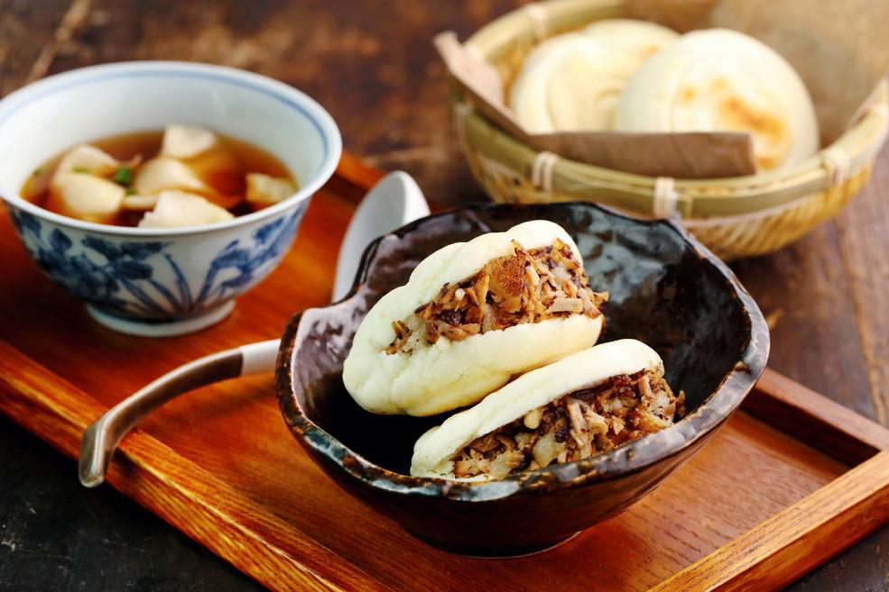"""在西安最受欢迎的美食中,有一种夹着卤肉的饼被称作""""中国汉堡包""""的肉夹馍,在西安随处可见。柴师傅也为食客们特别准备了这道美食。据说其历史最早可以追溯到公元前200年,比西方的汉堡包早了2000年。"""