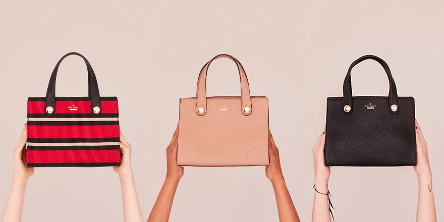 kate spade new york 2017 秋季系列推出全新Little Joy手袋,简约造型与精致细节兼具。手袋颜色包括经典的正红色、淡褐色和黑色,更有三色拼接条纹的款式增显活力,搭配金属纽扣设计,更现知性大方气质。无论是日常通勤,或是优雅出街,Little Joy 手袋都能轻松驾驭,成为打造完美秋日风尚的不二之选。