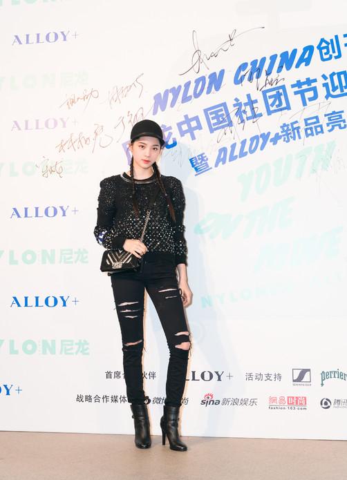 9月25日 演员欧阳娜娜 穿着CHANEL 2017秋冬高级成衣系列黑色羊毛针织衫(款式85), 搭配BOY CHANEL手袋与CHANEL短靴, 出席Nylon尼龙创刊派对。
