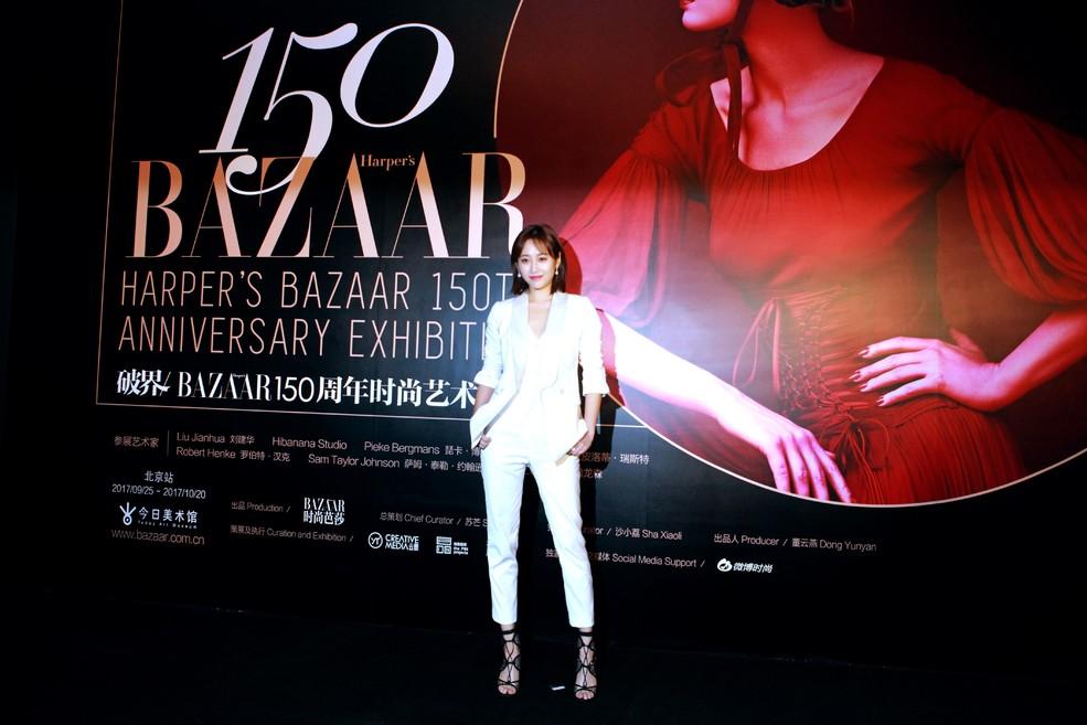 李纯佩戴Chopard萧邦高级珠宝系列,耳畔的星形钻石耳环与指间同系列星形戒指遥相呼应,为一身干练白色西装增添夺目华彩。