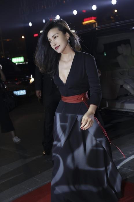 9月25日,破界/Bazaar150周年时尚艺术大展在北京开幕,陈漫、魏大勋和李纯分别佩戴Chopard萧邦L.U.C系列腕表和高级珠宝系列珠宝亮相开幕酒会红毯。当晚,陈漫以一身红黑礼服出席,耳畔的Chopard萧邦高级珠宝系列蜻蜓造型耳环为其增添优雅气质。