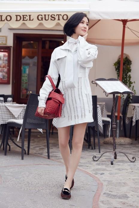 图中刘诗诗身着TOD'S 2017秋冬系列服装、鞋履及包袋在风景宜人的意大利著名度假胜地悠闲得度过了一段美好的假日。刘诗诗也即将出席9月22日15点30分(北京时间),位于米兰的TOD'S 2018春夏系列成衣秀,敬请期待!