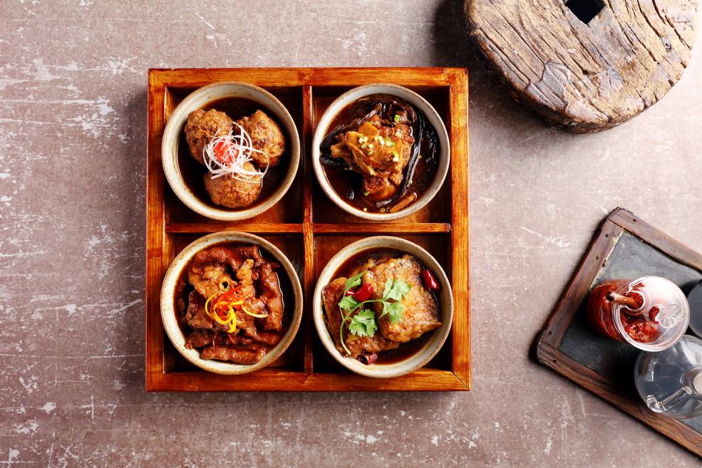 这个秋冬,来北京瑰丽酒店享用温暖身心的西北美食。乡味小厨将推出西安美食系列菜单,奉上数十种美味菜肴,让食客们可以尽享西安特色美食盛宴。此次新餐单由乡味小厨厨师长柴鑫匠心打造,他对这座古都进行了为期一周的美食探访,以寻找美味与灵感。