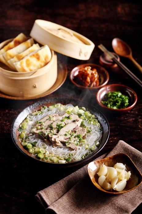 """柴师傅表示:""""我的西安之旅可谓大开眼界——无论是与高档餐厅的主厨分享美食理念,还是在回民街的小餐馆里和当地的市民们聊天,处处都有惊喜。陕西美食是典型的中国北方餐饮,以馒头、饼和面条为基础。各种菜肴形式多样、内容丰富,体现了这座古城几百年以来作为经贸往来十字路口的地位。"""""""
