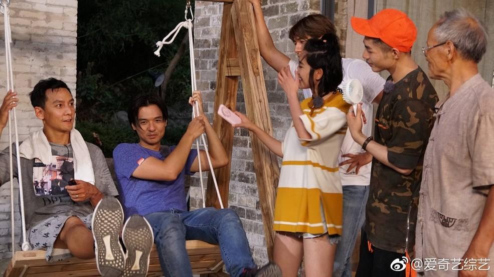 人气演员唐艺昕身穿Tory Burch 2017早秋系列上衣亮相综艺《漂亮的房子》。