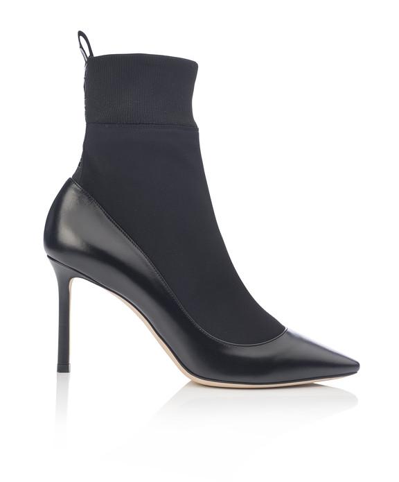 """杨幂脚踏JIMMY CHOO """"I WANT CHOO"""" 系列白色袜靴BRANDON参加明日之星节目录制,更好的拉长身材比例,清新有型。全新系列以充满现代感的设计笔触勾勒玩趣又温暖的早春时尚美学。袜靴BRANDON演绎摩登风情,鞋后侧以I WANT CHOO标语织带点缀,共有黑、白两色可供选择。"""