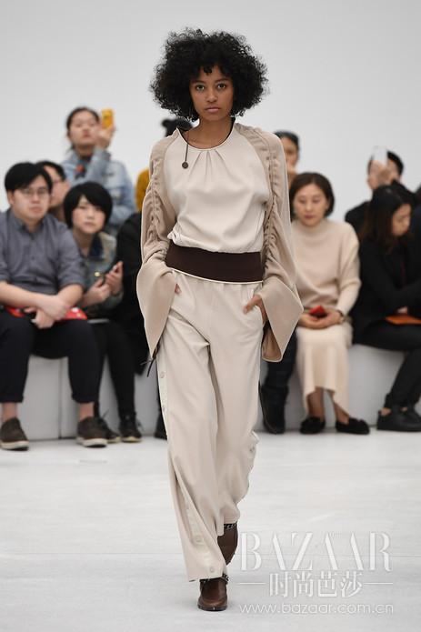 """2018年3月14日,意大利设计师品牌IDPAN带着最新一季主题""""时空重序""""在深圳时装周绽放。本季灵感源自于美国结构艺术家Willard Boepple的设计,一方面透过线性层叠与面性叠加的形式,重新定义结构之间的关系,将艺术家善用的设计风格形式应用于服装系列上,诠释出现代极简的轮廓; 另一方面,透过扭转,转化其中的连接,重新定义结构之间的关系。将此特性应用在服装上,切割原有结构,重组彼此连接方式,最终将时尚化的实用主义表现在服装的每一个细节上。"""