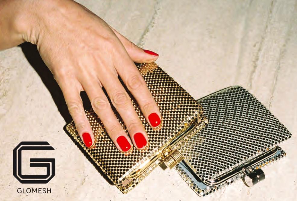 1958年,匈牙利移民Louis和Alice Kennedy在澳洲悉尼的Bondi区成立了Glomesh,一个以闪耀的金银、和丰富的搪瓷色彩交织成的标志性金属网而著名的配饰品牌。其手工制作且风格复古迷人的众多单品,如手袋、钱包、晚宴包和口红盒、化妆包等,很快成为了人手一件的热门单品。并让Glomesh迅速成为一个家喻户晓的名字,并在澳大利亚创造了属于它自己的独特亚文化。直到今天,Glomesh仍然是澳大利亚时尚遗产的经典之一。去不了悉尼也没关系,品牌官网glomesh.com人性化地设有全球邮递服务,这样闪耀的单品,要不要考虑来一件呢。