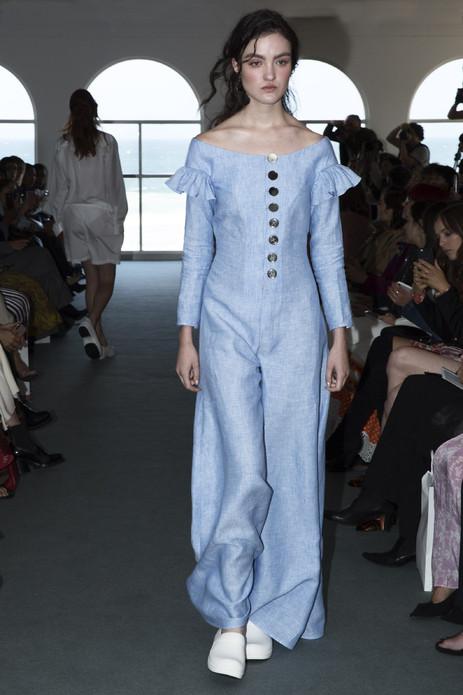Karla Špetić在梅赛德斯-奔驰澳洲时装周展示了她的2019年早春系列,同时也庆祝品牌在澳洲时装的第十个周年。发布会选在悉尼Bondi海滩边的Blue Room,整个系列以海蓝色为主色调,混合着明亮的橙色和爽洁的白色,仿佛能嗅到清新的海风。由泡沫包装制成的概念性大衣和连衣裙十分醒目,这也是Špetić在这一季系列中,呼吁大家共同关注海洋环保话题的提示。